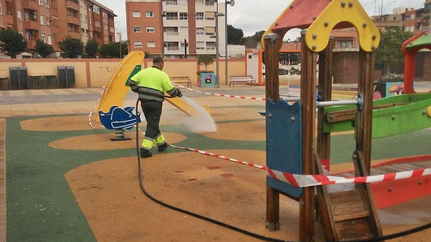 Sant Joan refuerza el servicio de limpieza con cinco operarios para atender las demandas ciudadanas