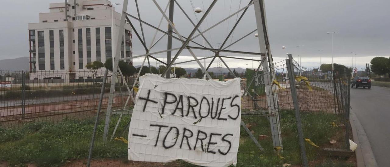 Una de las torres, con un carte de protesta