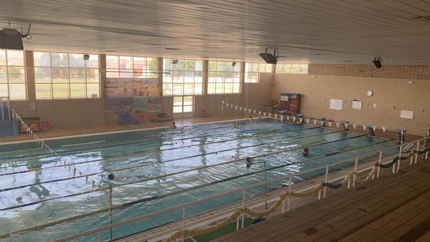 Grupos reducidos para los cursos de natación en la piscina climatizada