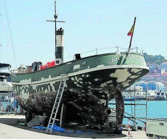 """El """"San Esteban"""", en Vigo, con el puente desarmado y el casco de acero en proceso de reparación."""