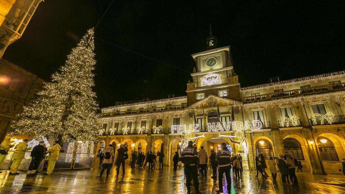 Encendido de las luces de Navidad en la plaza del Ayuntamiento de Oviedo