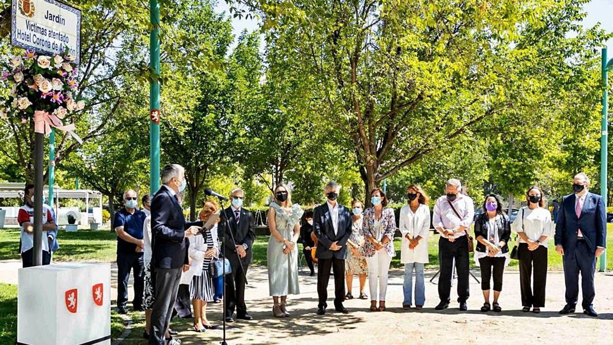 Azcón en el homenaje a las víctimas del Hotel Corona junto al resto de grupos municipales.  | MIGUEL G. GARCÍA