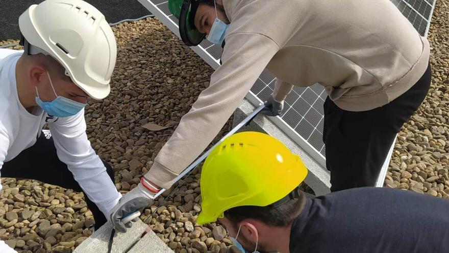 Alumnos del IES Cuatro Caminos de Don Benito dotan al centro de sus propios paneles fotovoltaicos