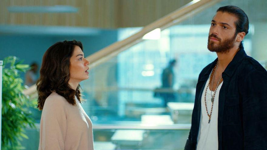 La imagen que confirmaría el noviazgo entre los protagonistas de Erkenci Kus