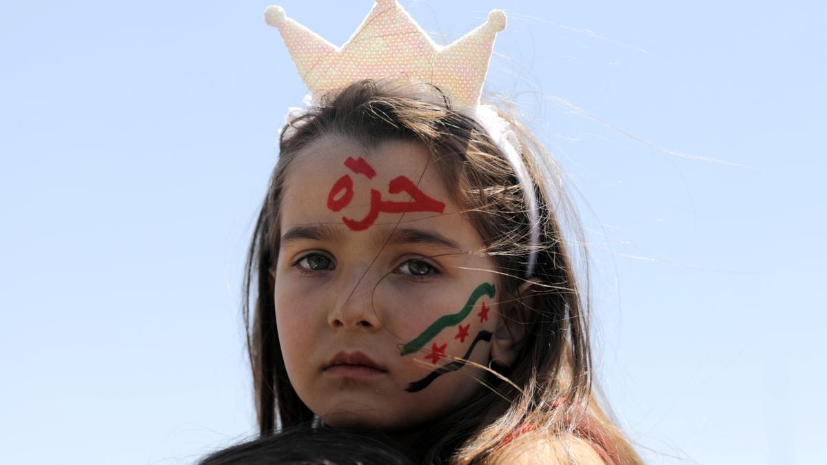 Una niña siria protestando contra las elecciones presidenciales de Bashar Al Assad.