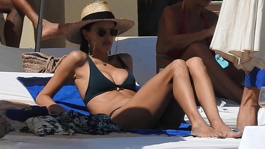 Alessandra Ambrosio se broncea en la playa de Ibiza