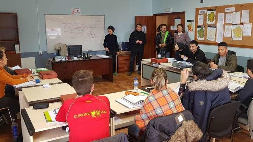 Fernández y Medela visitan a los alumnos de 'Foresta Lalín'