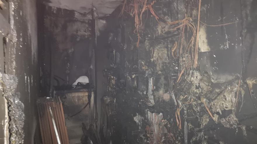 El incendio de un cuadro eléctrico deja sin luz ni agua a 32 viviendas en Gregorio Espino