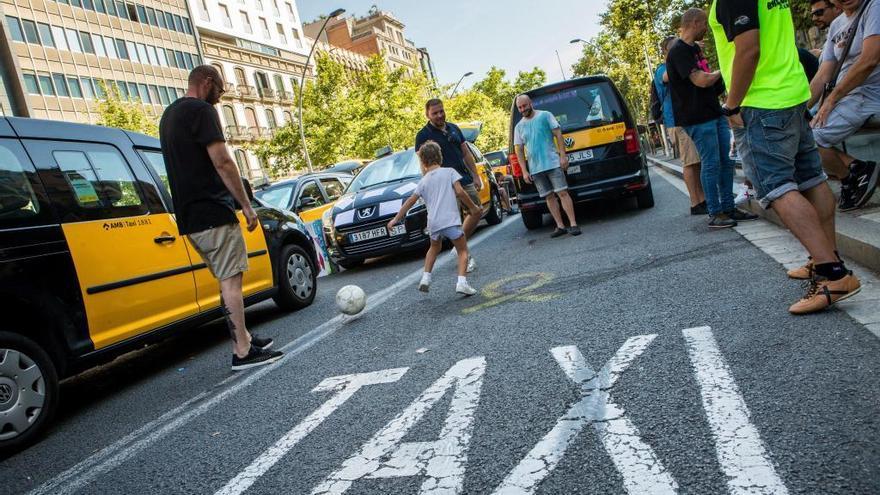 """El taxi, en peu de guerra: """"D'aquí no es mou ningú"""""""