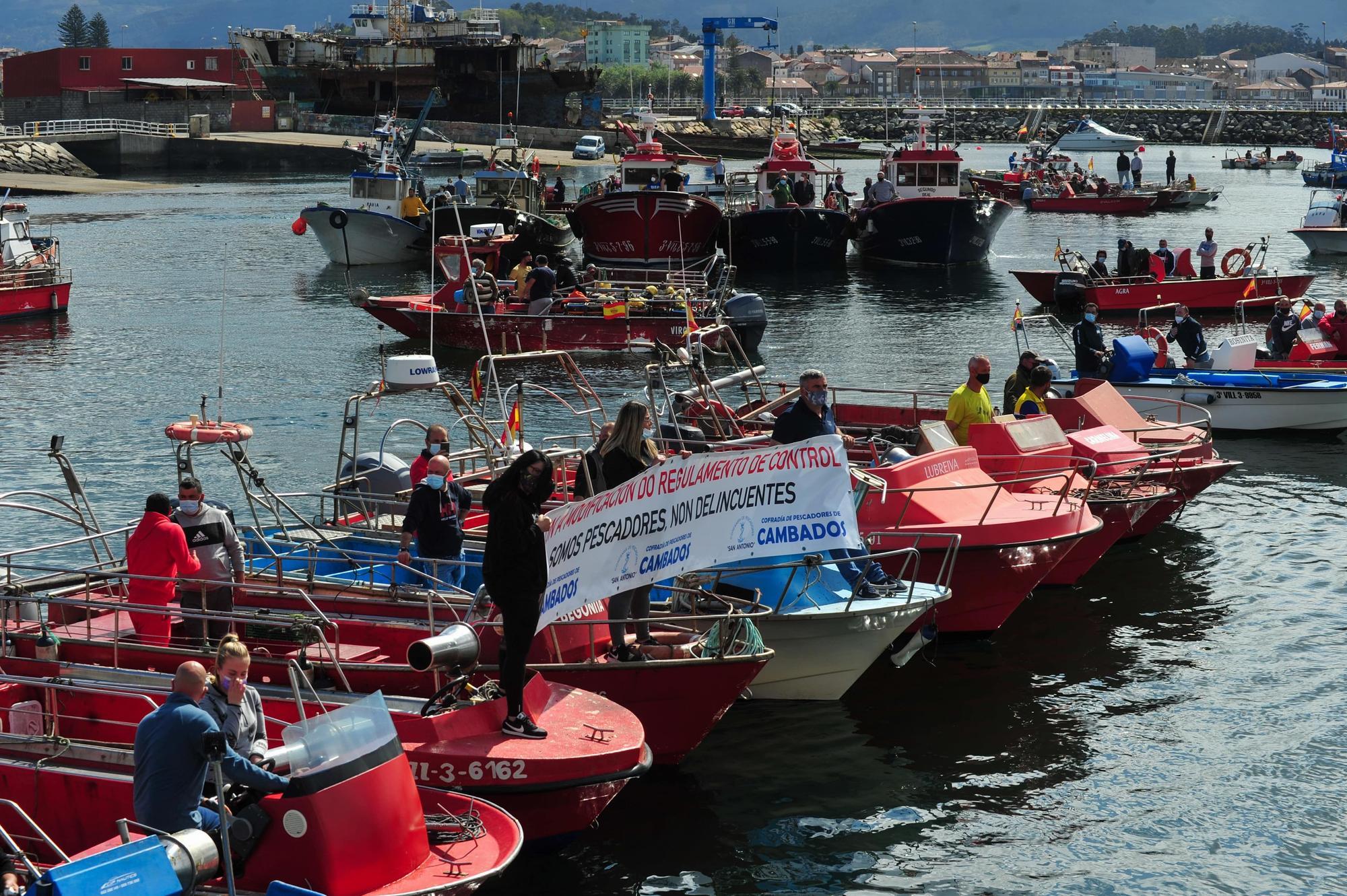 La protesta desarrollada por la flota de Cambados contra el reglamento de la UE, ayer.    Iñaki Abella (3)-min.jpg