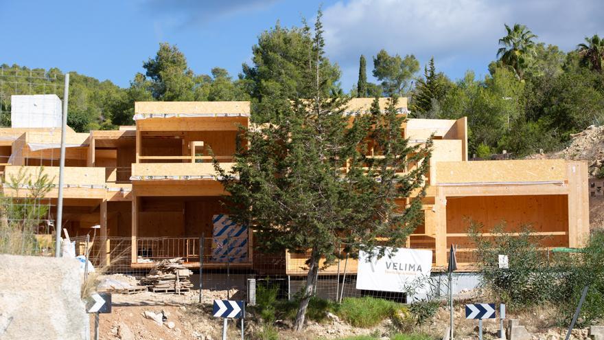 Los promotores de las casas de madera de Ibiza paran las obras al perder la financiación