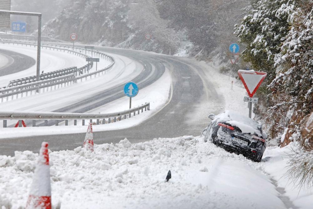 Els Mossos fan controls a l'A-2, al Bruc, per la forta nevada