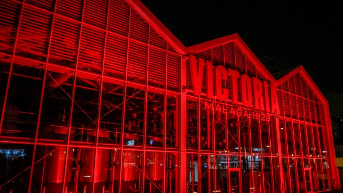 La fábrica de Victoria se iluminó de rojo por el Día Mundial de la Lucha Contra el Sida