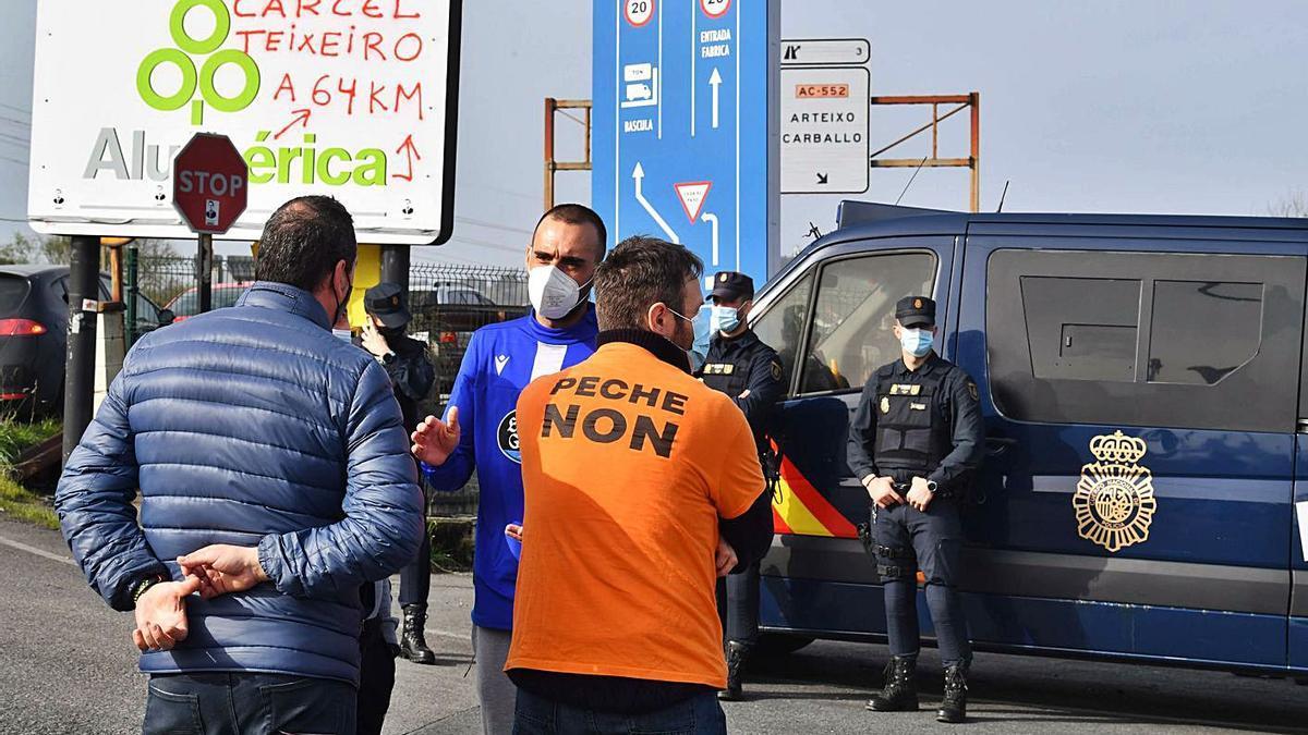 Trabajadores y Policía en el dispositivo del registro a la Alu Ibérica del pasado marzo. |   // VÍCTOR ECHAVE