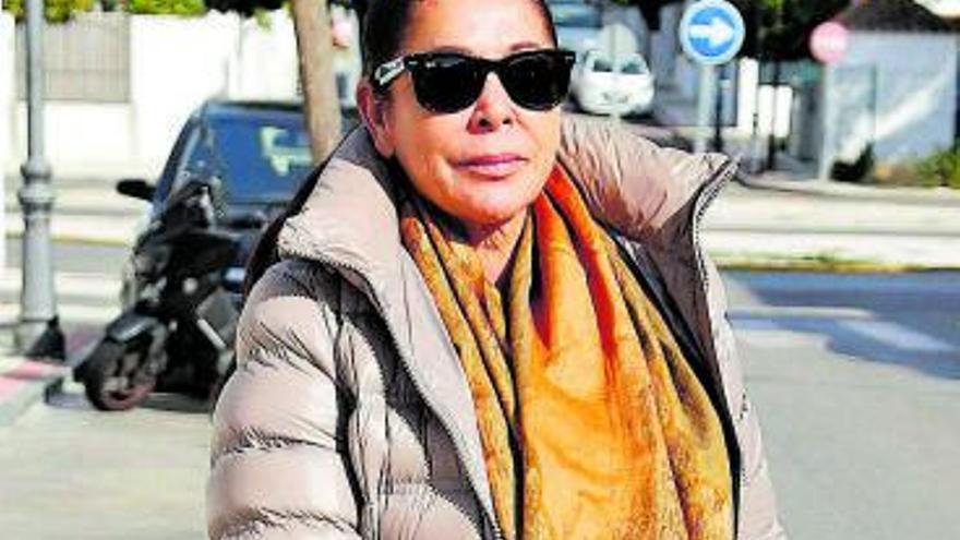 """Isabel Pantoja contesta a su hijo Kiko en una revista: """"Hace esto por dinero"""""""