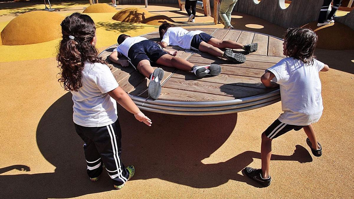Unos niños juegan en el parque inclusivo El Laurel del Puerto de la Cruz. | | MARÍA PISACA