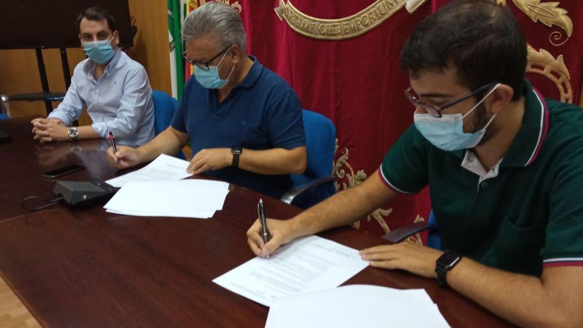 Acto de la firma del convenio entre el Ayuntamiento y la Mesa Local de la Juventud de Puente Genil.
