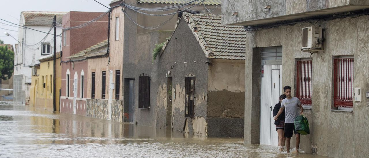 Imagen de uno de los barrios de Almoradí anegados por el agua durante la DANA de septiembre de 2019/ foto Áxel Domínguez