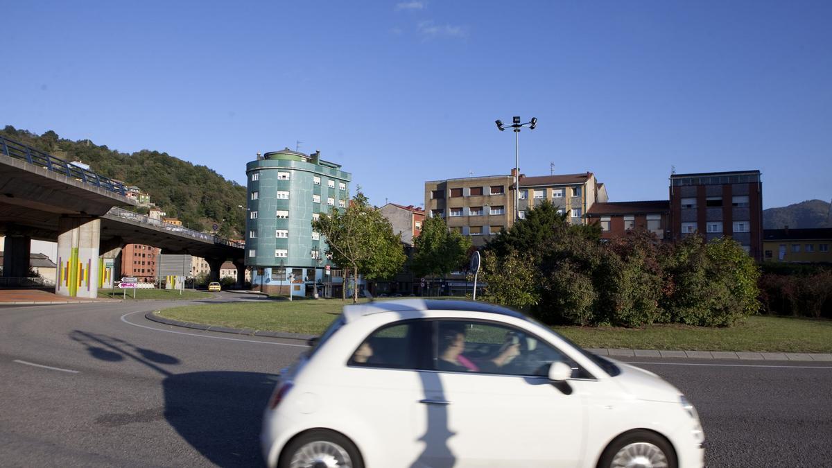 Un vehículo circula por la glorieta del Fondón, en Sama, por donde entrará la Vuelta Cicloturista