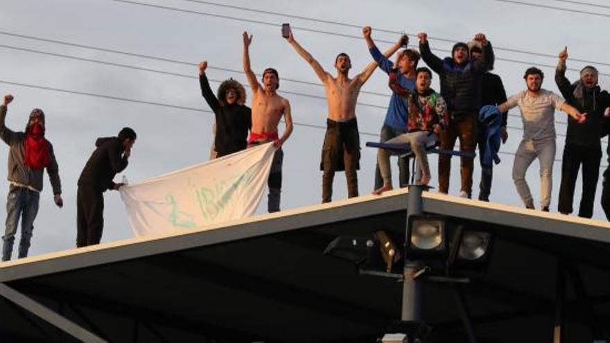 Agrupaciones piden al Gobierno liberar a los internos de los centros de inmigración