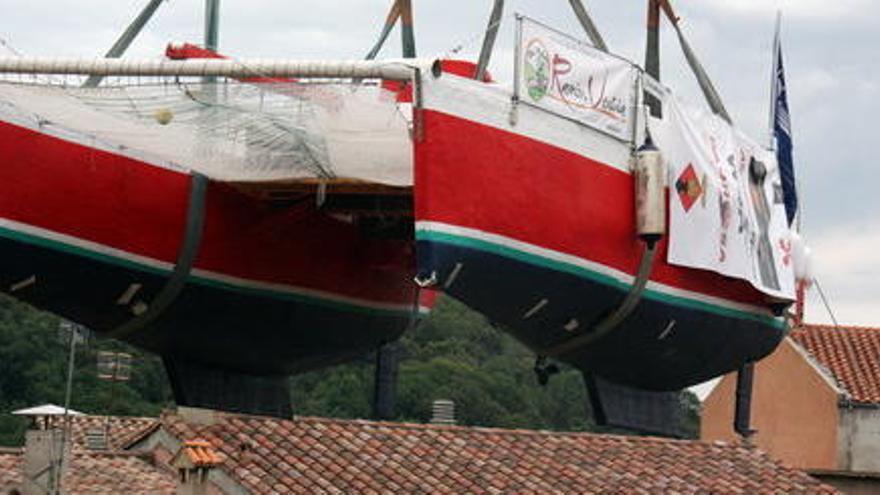 El catamarà d'en Pepe d''El Foraster', a punt d'entrar  l'aigua