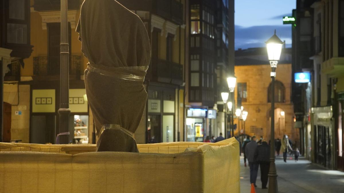 """El """"Adán"""" de Barrón instalado en la plaza de Sagasta."""