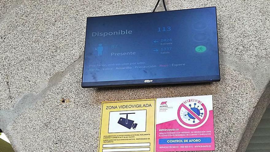 Una pantalla con semáforo controla el aforo del Mercado así como el número de visitantes