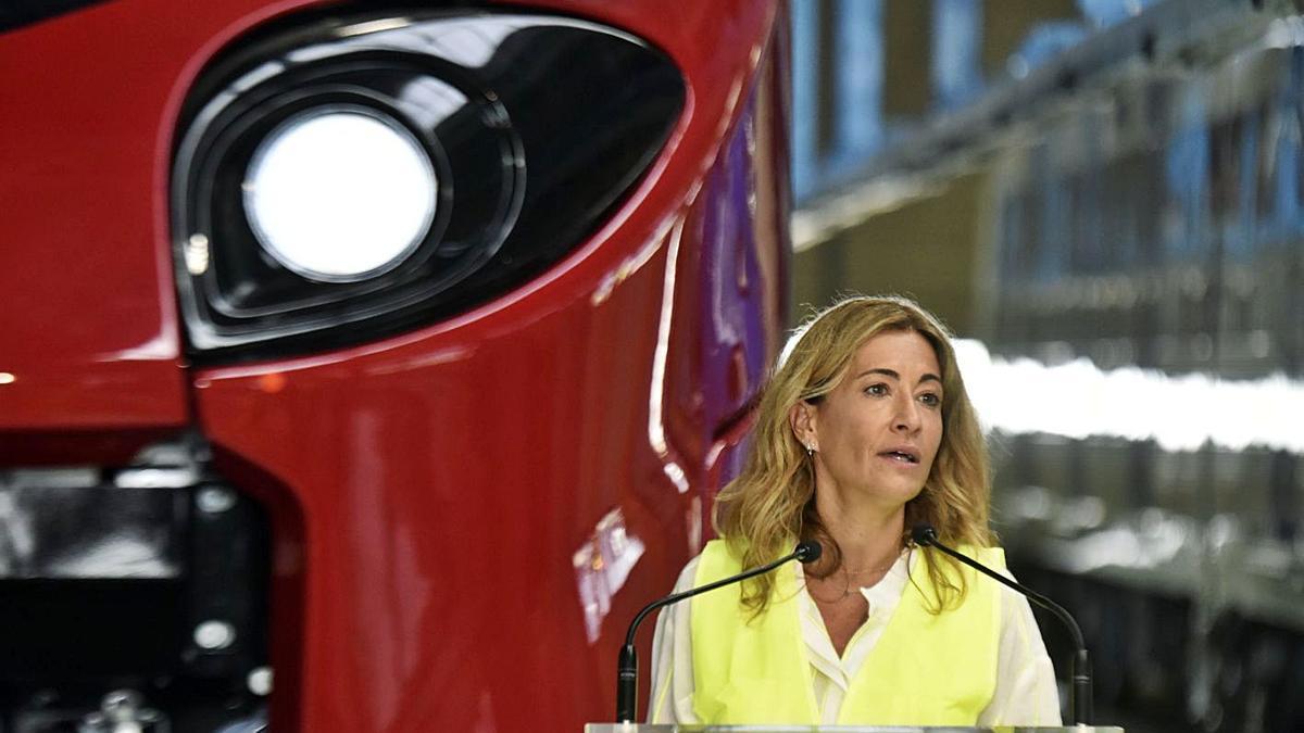 La ministra Raquel Sánchez, en una visita a la fàbrica d'Alstom a Santa Perpètua de Mogoda.    EUROPA PRESS