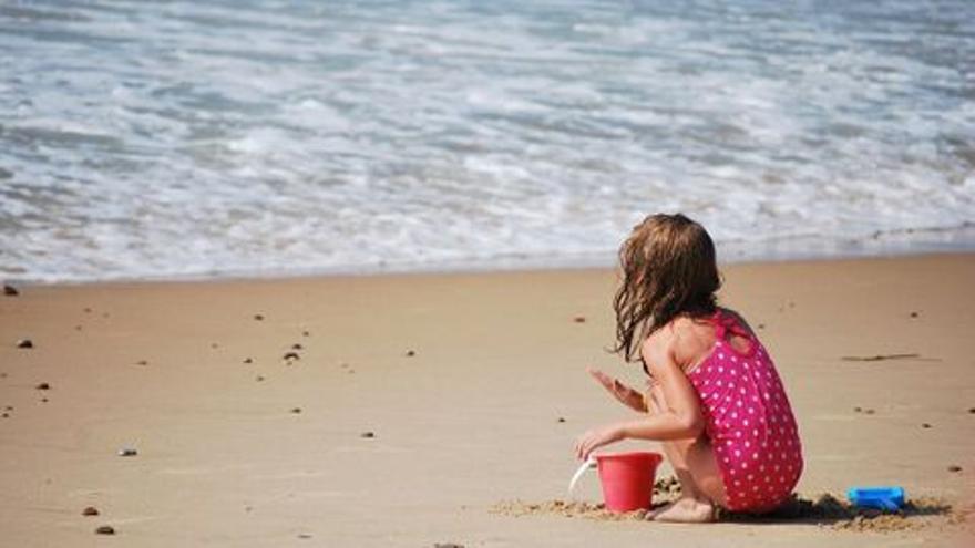 Deja sola a su hija de 6 años para beber alcohol en una playa de Canarias