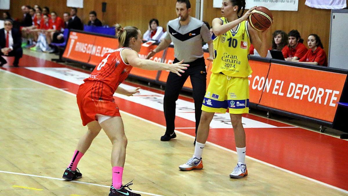 Yurena Díaz, base del Gran Canaria 2014, junto a Frida Eldebrink, del Rivas, la última vez que el Islas Canarias jugó el Playoff. | | LP/DLP