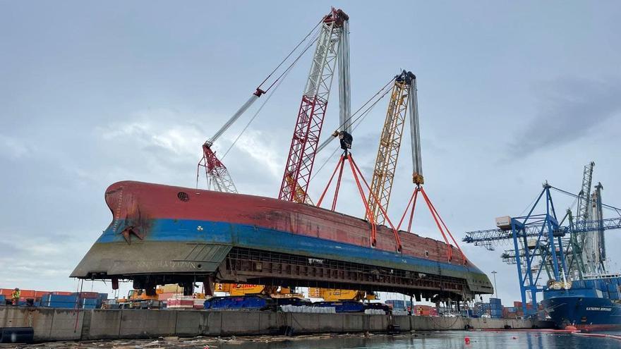 Izan con éxito el buque volcado en Castelló a falta de encontrar al estibador