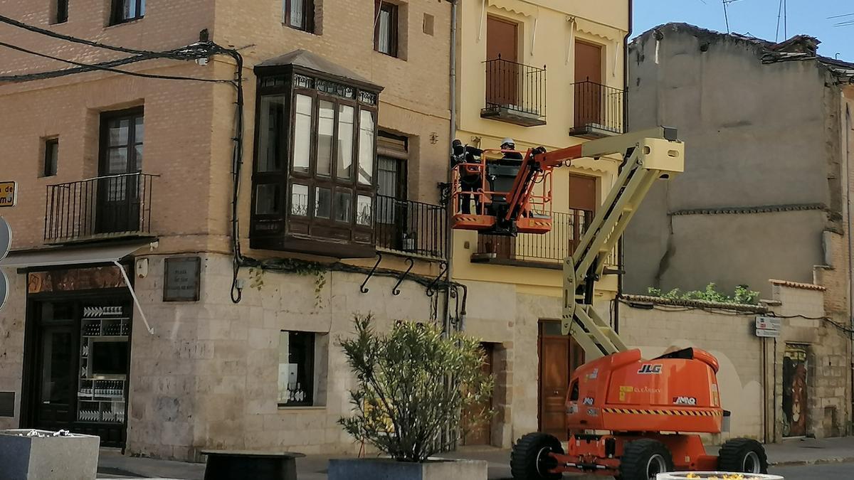 Dos operarios trabajan en la sustitución de luminarias de la red de alumbrado público