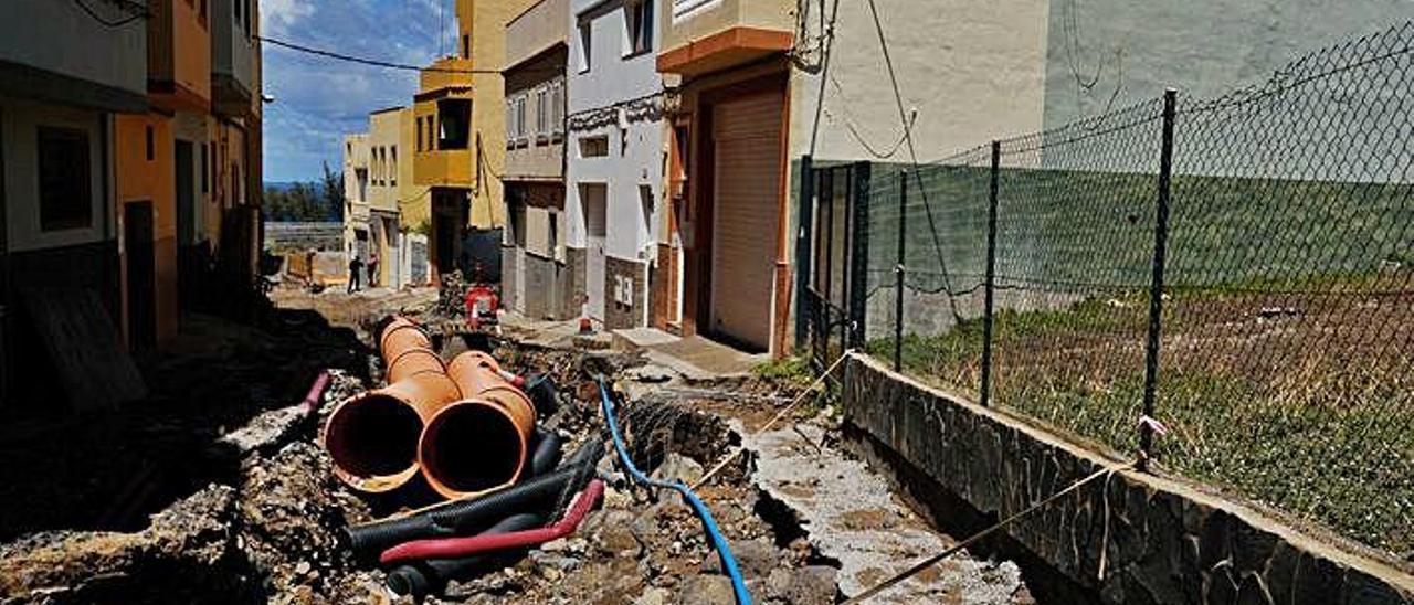 Hundimiento en la calzada provocado por las lluvias en las obras de la calle Barranco de Tasarte en Casa Ayala.