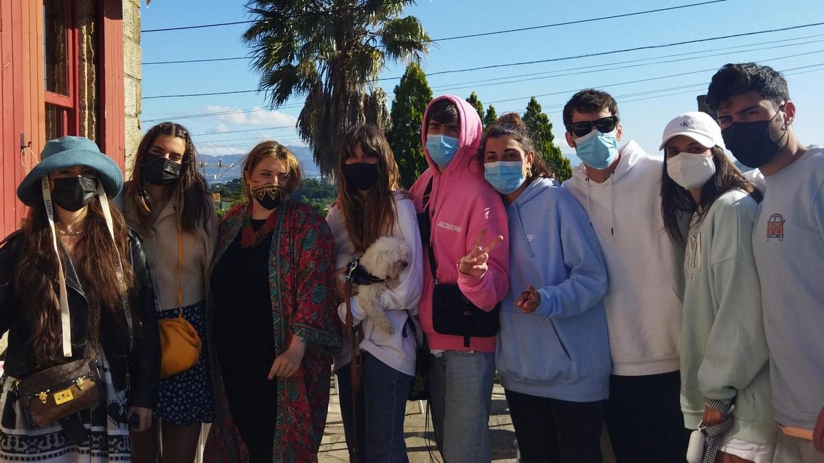"""El grupo de youtubers, en el restaurante """"Pan de Millo"""" de Cangas"""