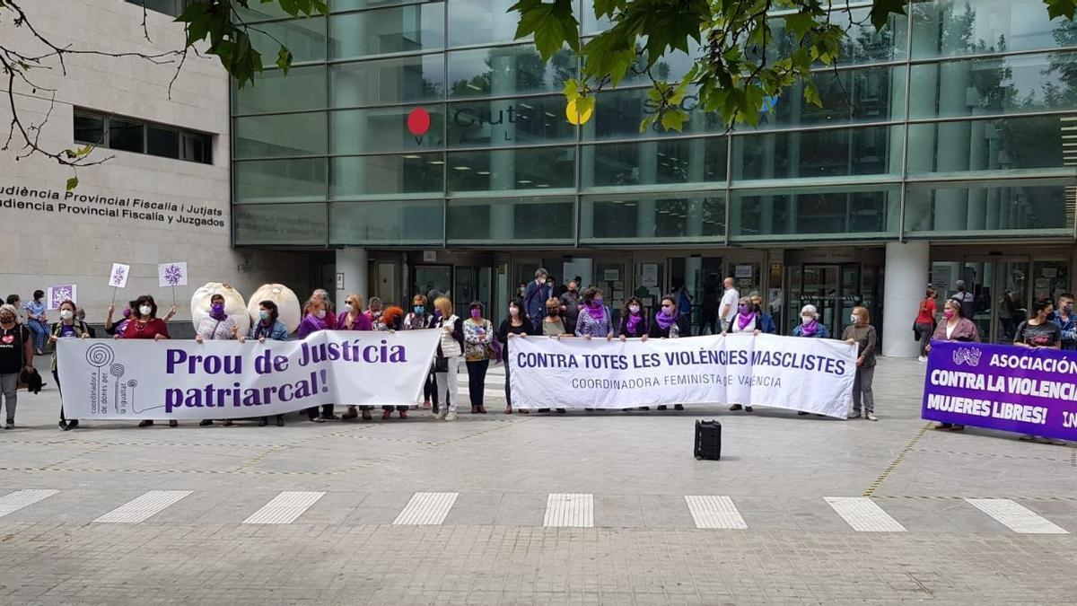 La coordinadora feminista protesta frente al Palacio de Justicia