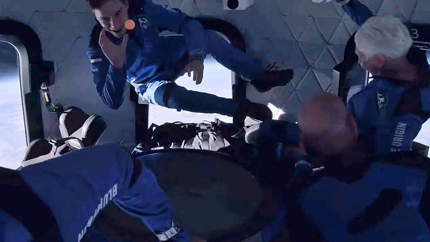 Jeff Bezos salta a l'espai durant deu minuts i deu segons
