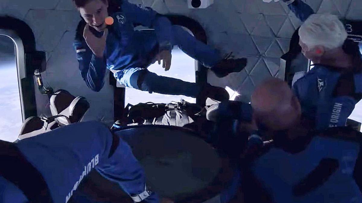 Els quatre astronautes, sense gravetat durant el seu vol a l'espai. | EFE