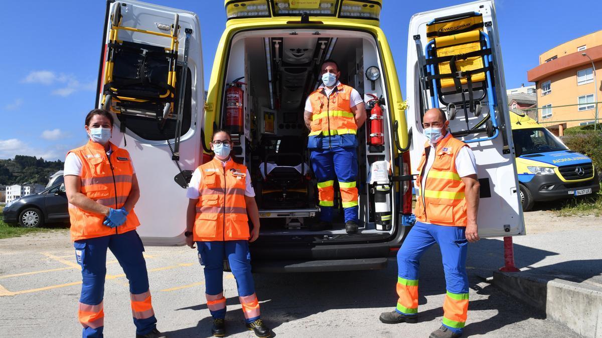 María Cegarra, Ainé Limia, Samuel Muñiz y José Manuel Vázquez, posan junto a una ambulancia, en la Base 1 del 061 en A Coruña.