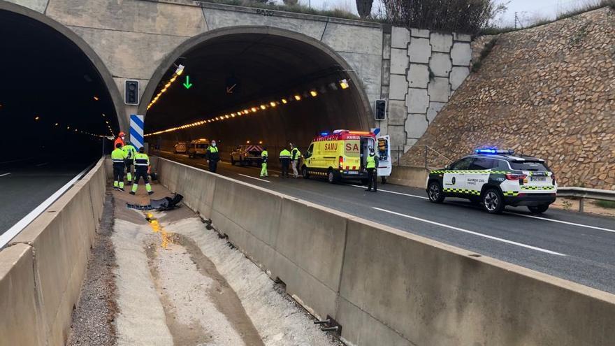 Muere un joven en un brutal accidente tras estrellar su coche y salir despedido a gran velocidad