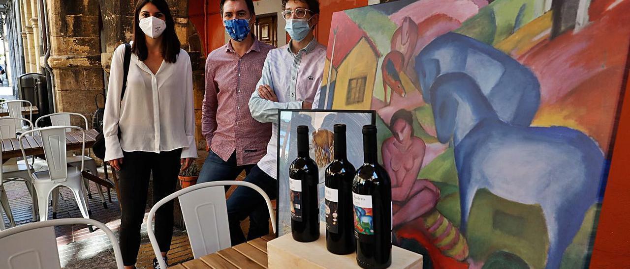 Raquel Ruiz, David Fernández-Prada y Javier Rico, en la vinoteca El Círculo, durante la presentación del festival.    