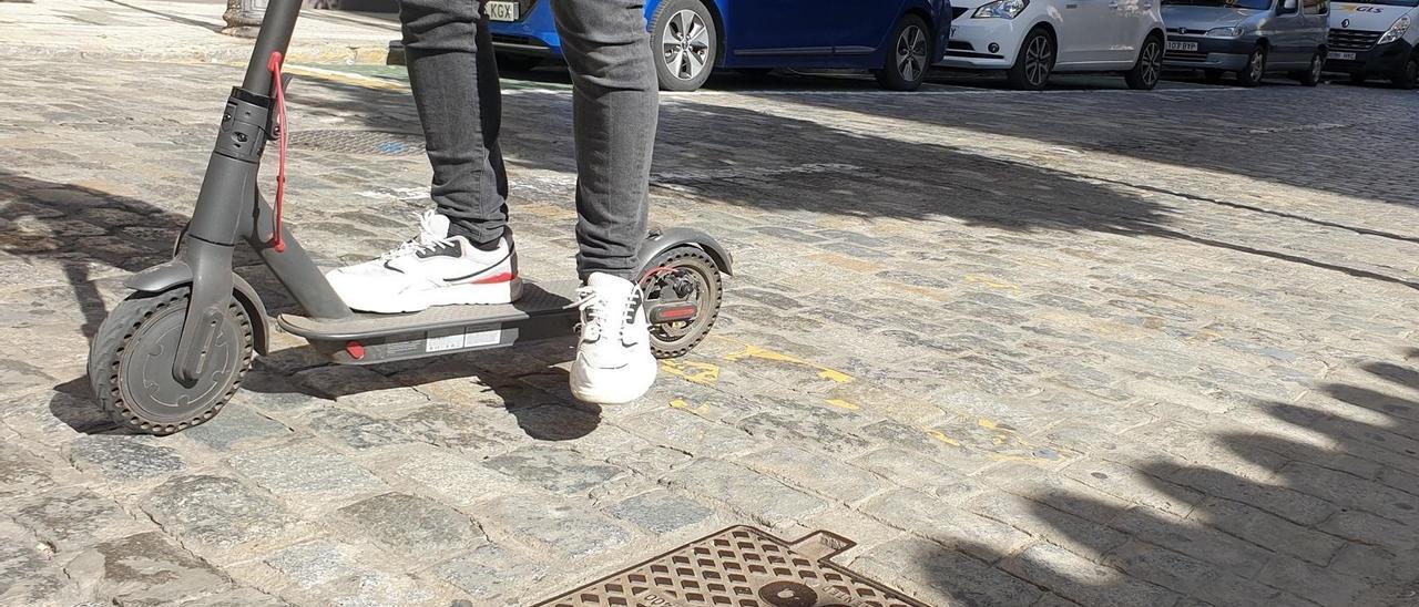 Un usuarios sobre un patinete.