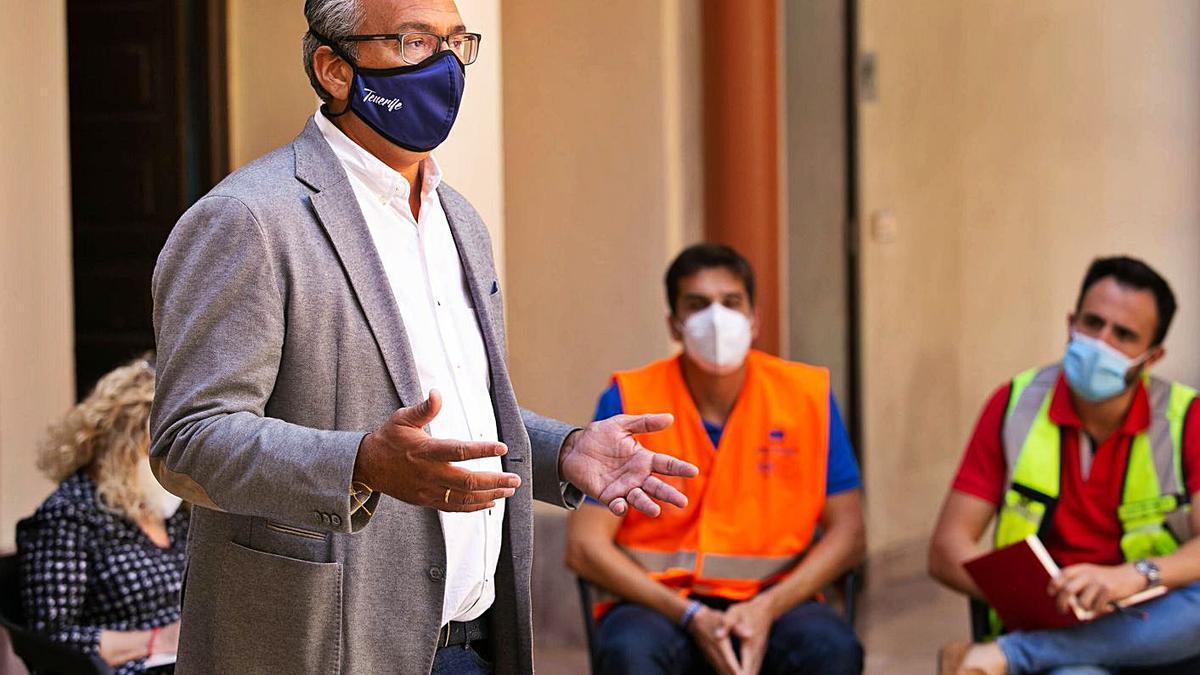 El concejal de Infraestructuras, Dámaso Arteaga, en una reunión con vecinos de Anaga.
