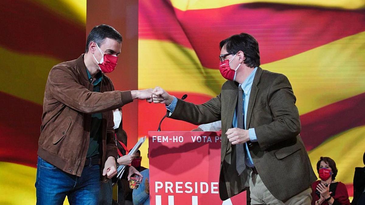 Pedro Sánchez saluda Salvador Illa en l'acte final de campanya pel 14-F
