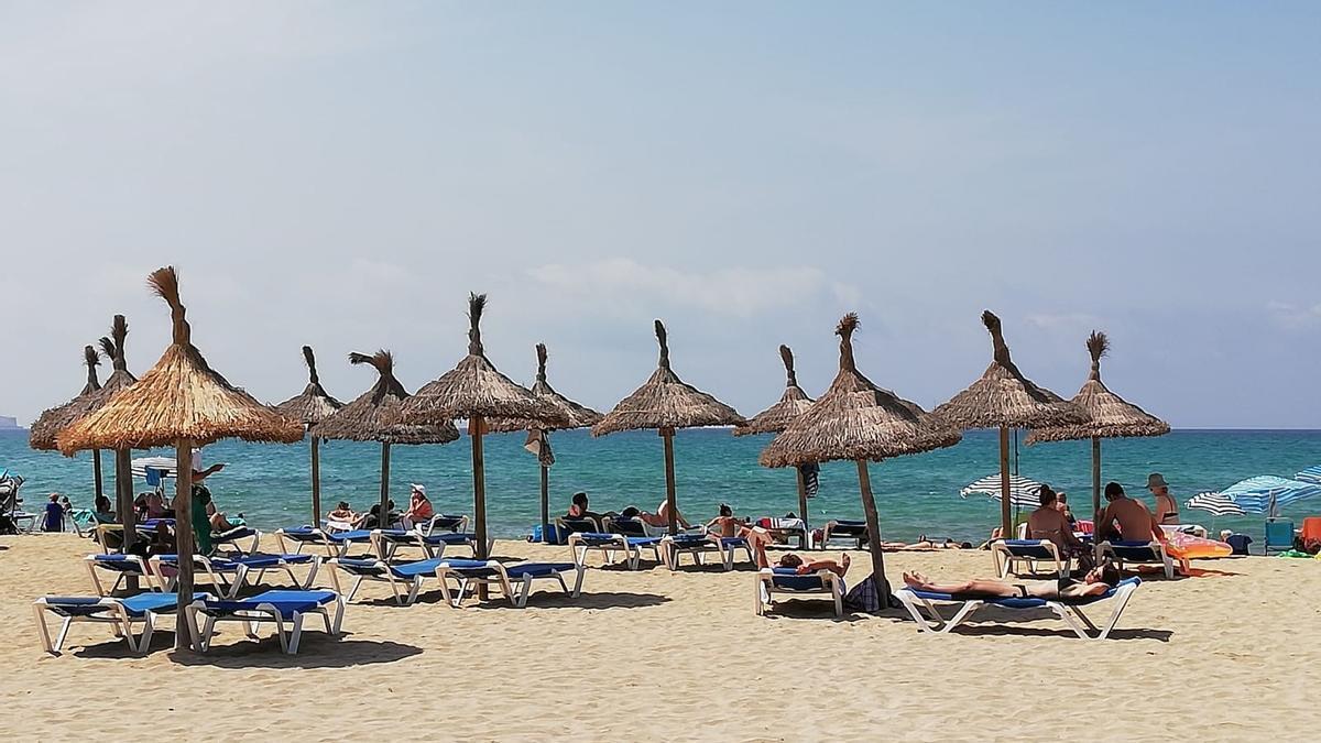 Turistas en una playa de Palma de Mallorca.