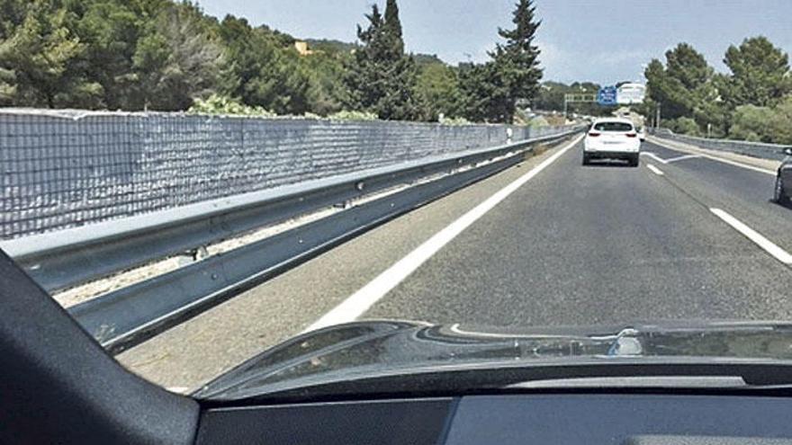 Was bringt diese Mauer auf der Autobahn nach Peguera?