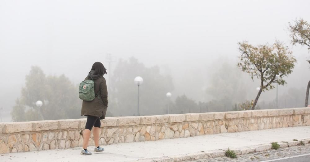 El choque de la bolsa de aire cálido en altura con el aire que enfría un mar provoca una condensación y la formación de nubes