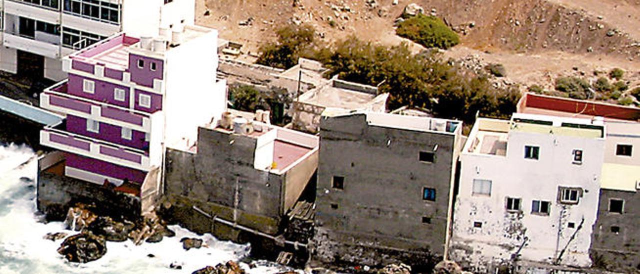 Vista de algunas casas que invaden el dominio público marítimo en Moya.