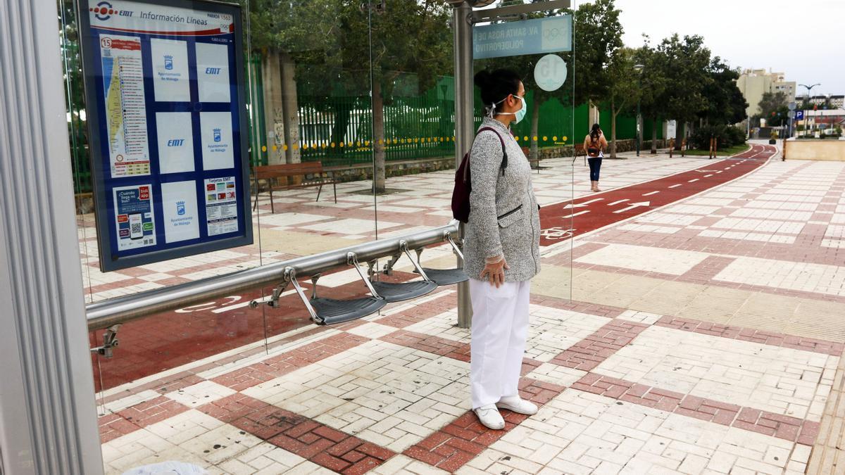 Una enfermera se dispone a coger el autobús de línea de la capital