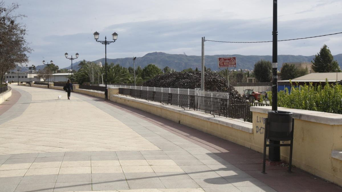 Incumple el confinamiento y se pasea en bicicleta por el Malecón de Murcia