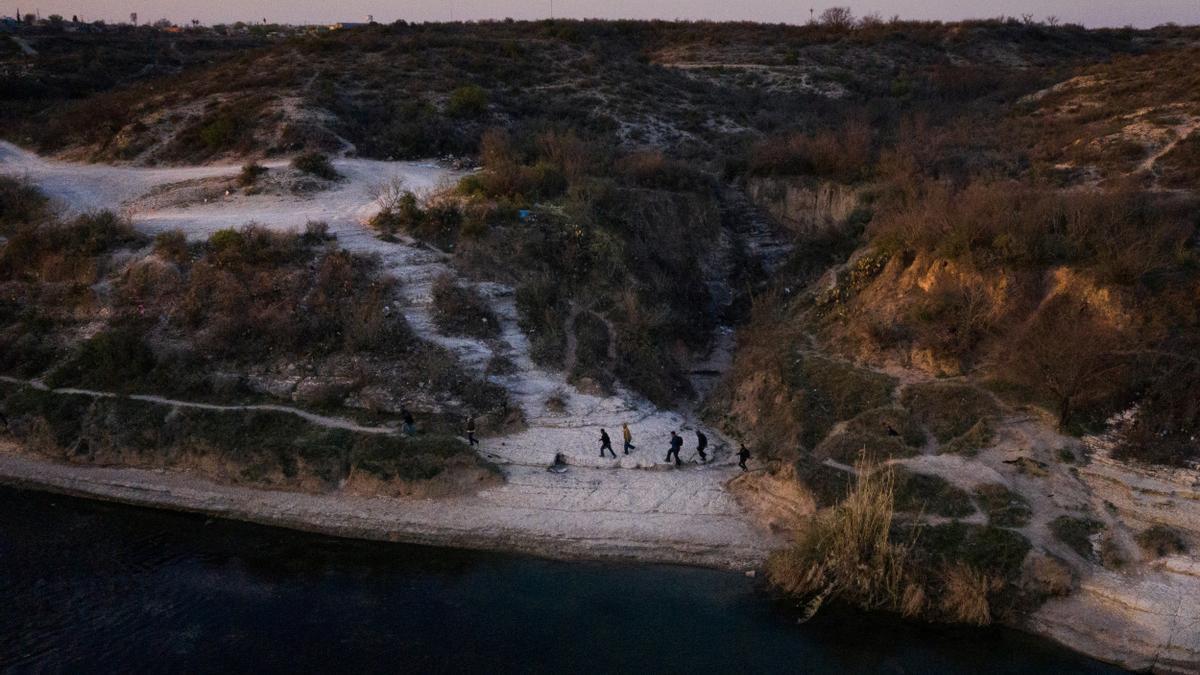 Inmigrantes en la orilla del Río Grande.